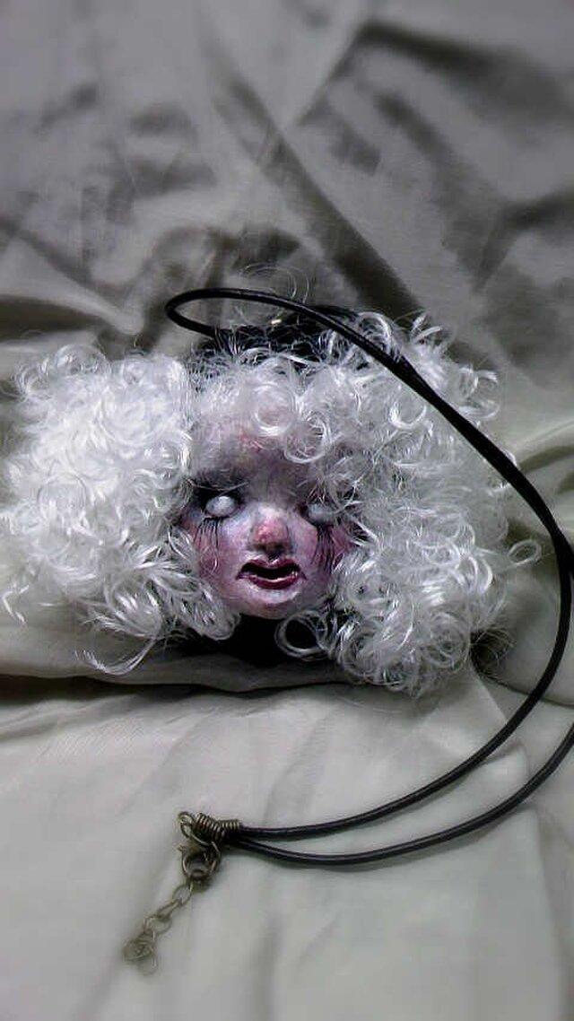 白眼の女の子ペンダントの画像1枚目