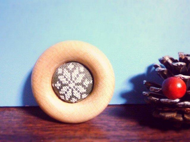 雪の結晶柄手刺繍ブローチ(カーキの画像1枚目