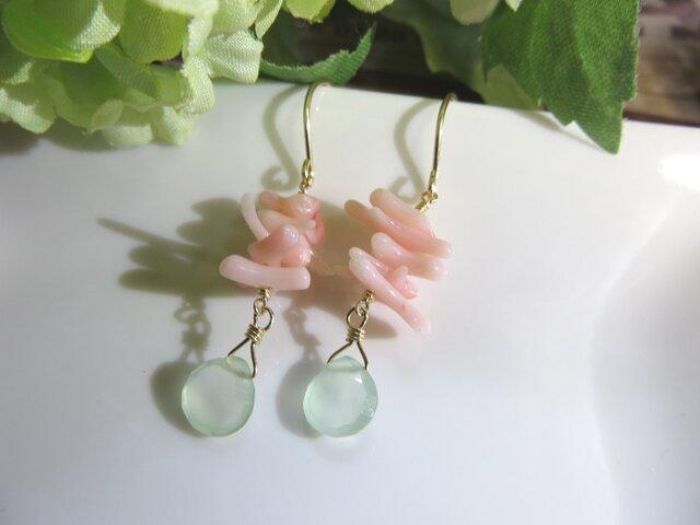 Sold:【Sale】ライトグリーンカルセドニーと珊瑚のプチピアスの画像1枚目