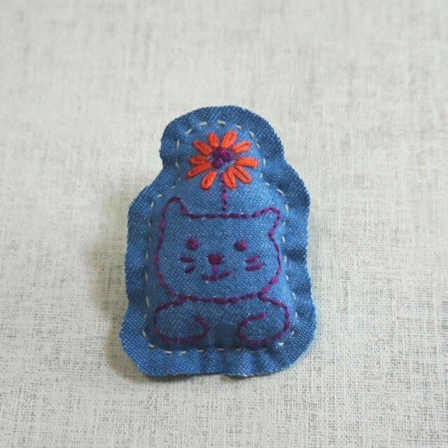 手刺繍ブローチ「花ねこ」の画像1枚目