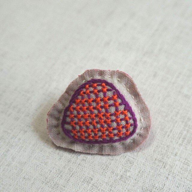 手刺繍ブローチ「ドットさんかく」の画像1枚目