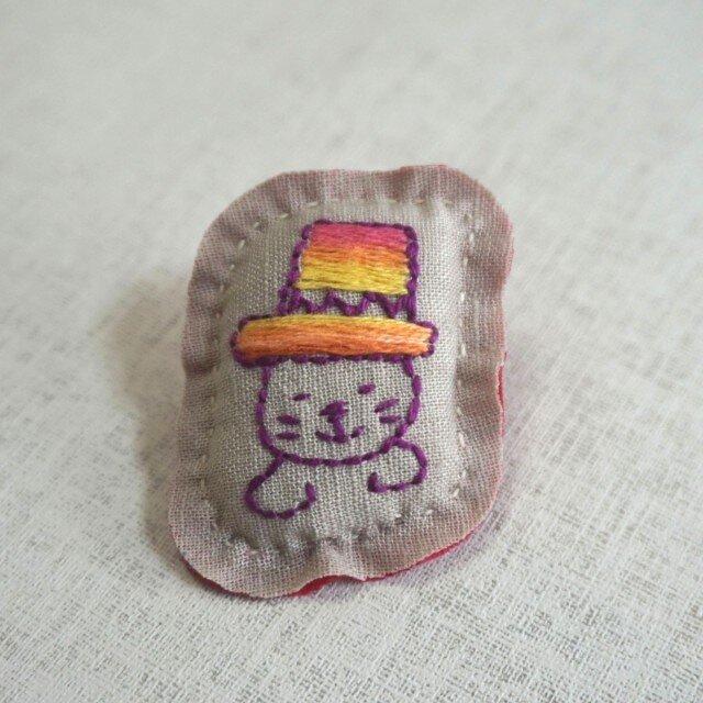 手刺繍ブローチ「ぼうしネコ」の画像1枚目
