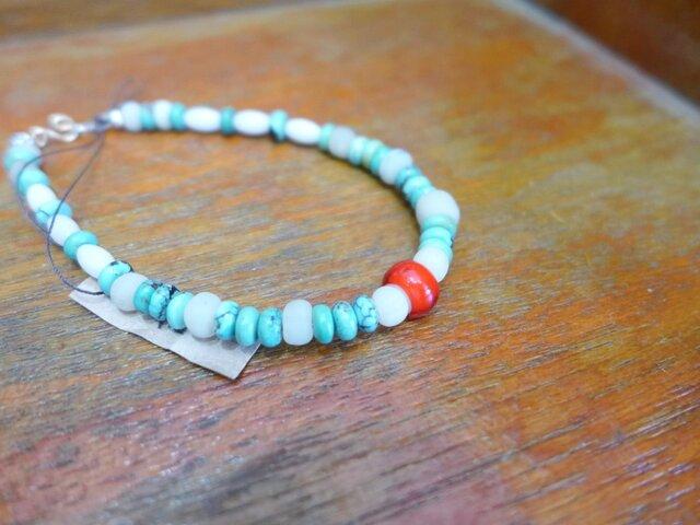 ターコイズ*白サンゴ*ジャワビーズ*ホワイトハーツ ブレスレットの画像1枚目