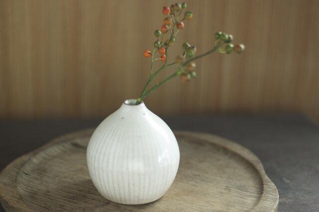 白い陶器の一輪挿し「雫」の画像1枚目
