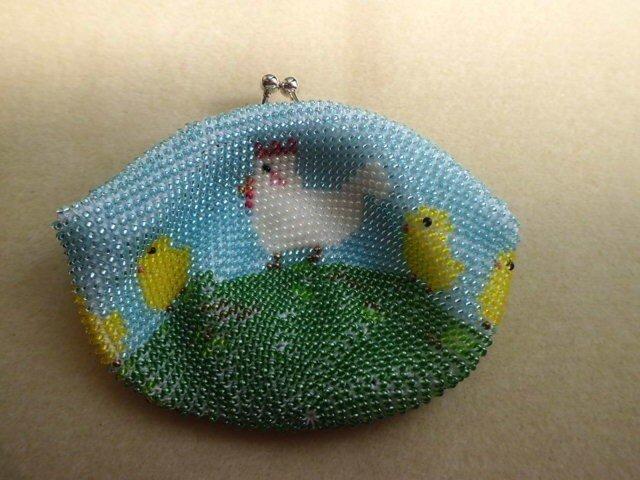 <再出品>ビーズ編みがま口財布 にわとり&ひよこ親子柄の画像1枚目