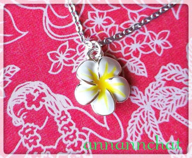 【プルメリアの ネックレス】エナメル 白い花の画像1枚目