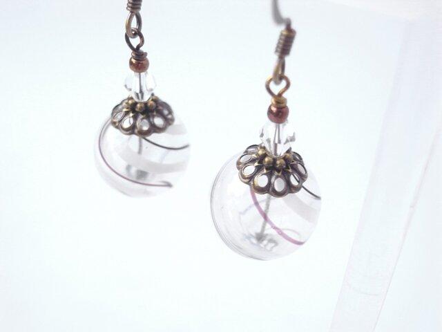 夏祭りのヨーヨーの様な白黒ストライプの吹きガラスのピアス 小玉の画像1枚目