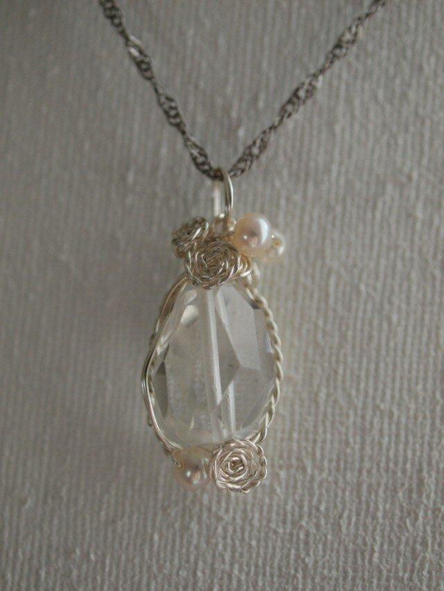 水晶の ワイヤーデザインネックレスの画像1枚目
