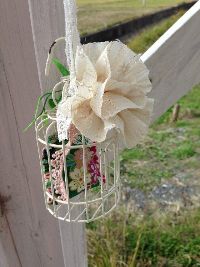 窓辺に癒しの鳥かごの  レースの花の画像1枚目