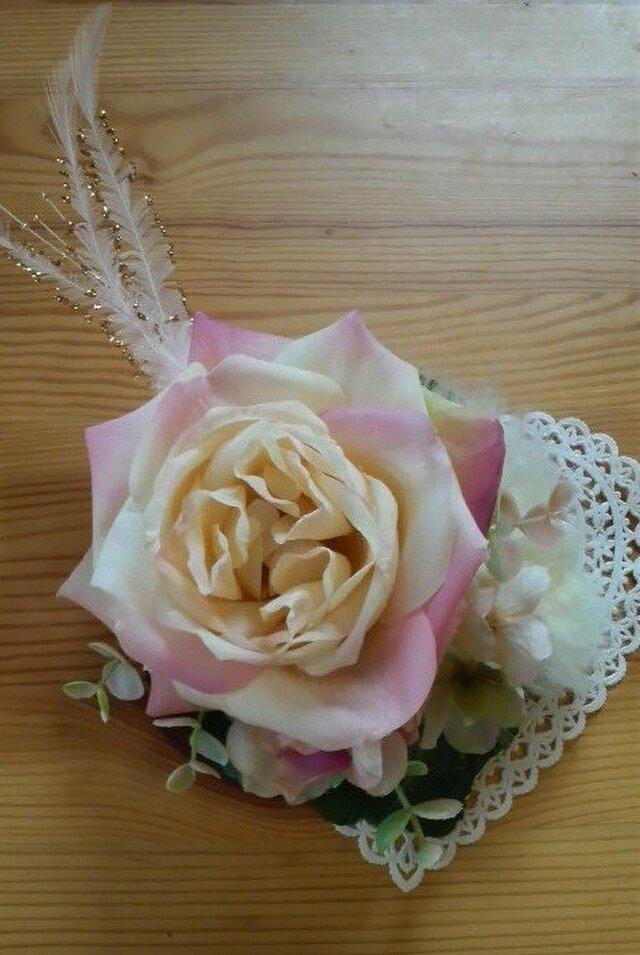 ペールピンクのキラキラ羽付きバラ コサージュ/ブローチ/髪飾りの画像1枚目