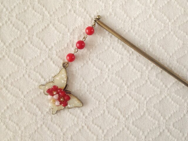 染め花を樹脂加工した小花と蝶のかんざし(ホワイト&レッド)の画像1枚目