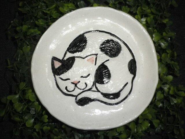 眠り猫のお皿(白黒)の画像1枚目