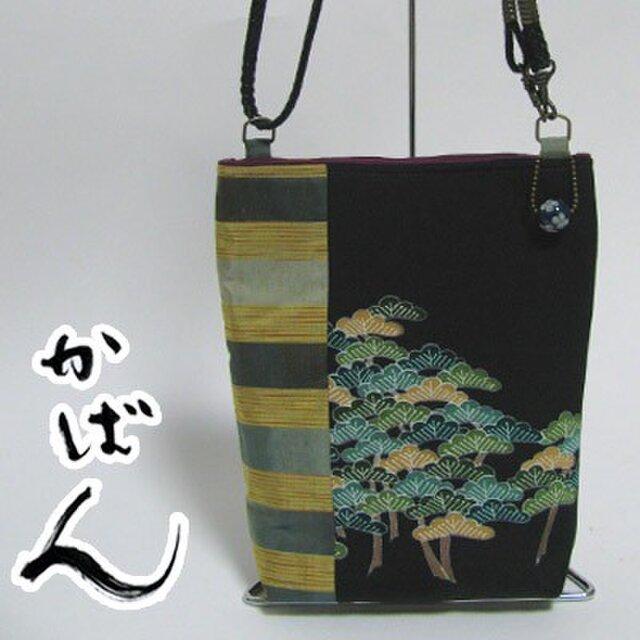 着物リメイク 古布のポシェット(松柄の黒留袖)とんぼ玉付!の画像1枚目