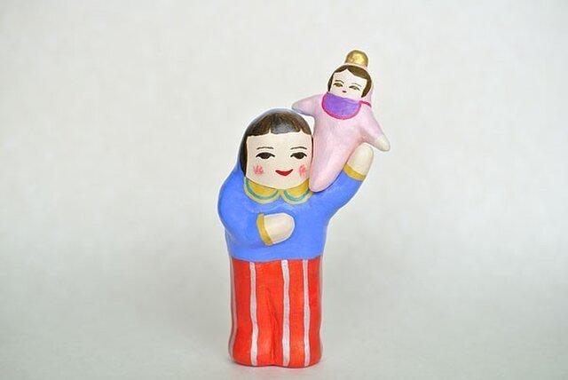 赤ちゃんを肩にのせるひとの画像1枚目