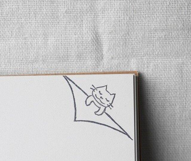 ノートの隅でネコさんが眠るはんこ(受注制作)の画像1枚目