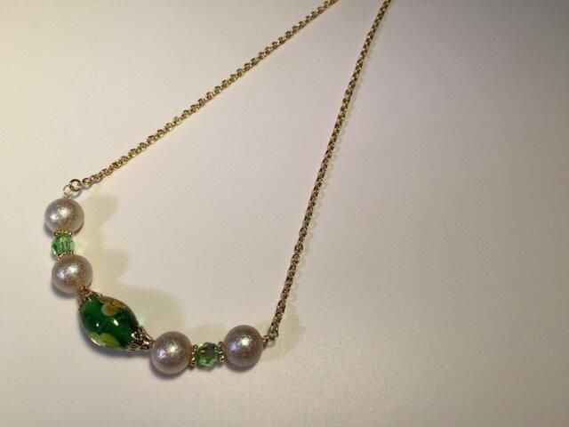 グリーンのとんぼ玉とスワロ・エアパールのネックレスの画像1枚目