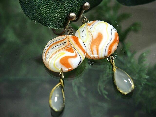 手作りガラスと貝殻アンティークパーツのイヤリングの画像1枚目