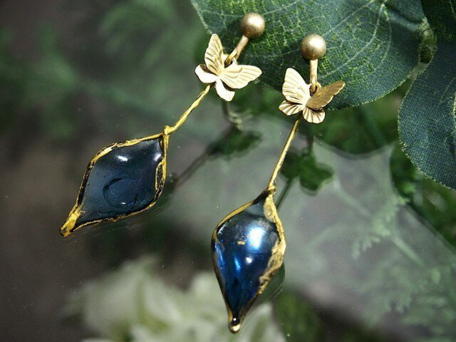 [再販]手作りガラスと蝶のイヤリング(ピアス)(ロンドンブルー)の画像1枚目