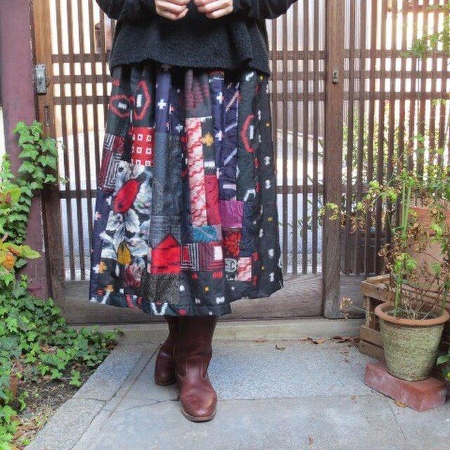 銘仙deスカート☆黒地色々葉っぱやお花♪赤でキュートにの画像1枚目