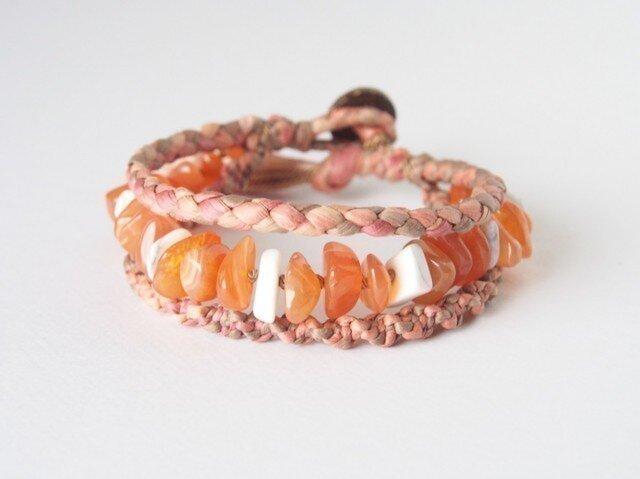 麻糸のブレスレット(オレンジカルセドニー×ハウライト)の画像1枚目