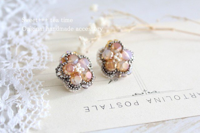 夕陽を浴びて輝く★真珠とヨーロッパビーズのフラワー刺繍イヤリングの画像1枚目