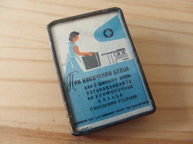 ヴィンテージマッチラベルのブローチ - キッチンに立つ女性の画像1枚目
