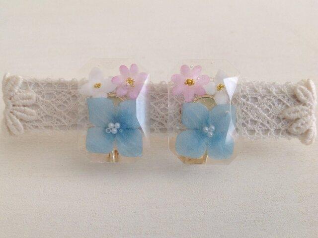 雫に閉じ込めた染め花のイヤリング(紫陽花・スクエア・青ピンク白)の画像1枚目