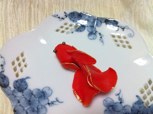 緋色金魚のブローチの画像1枚目