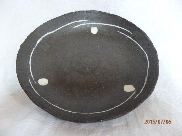 黒土 中皿 白化粧 水玉と白線象嵌 ④の画像1枚目