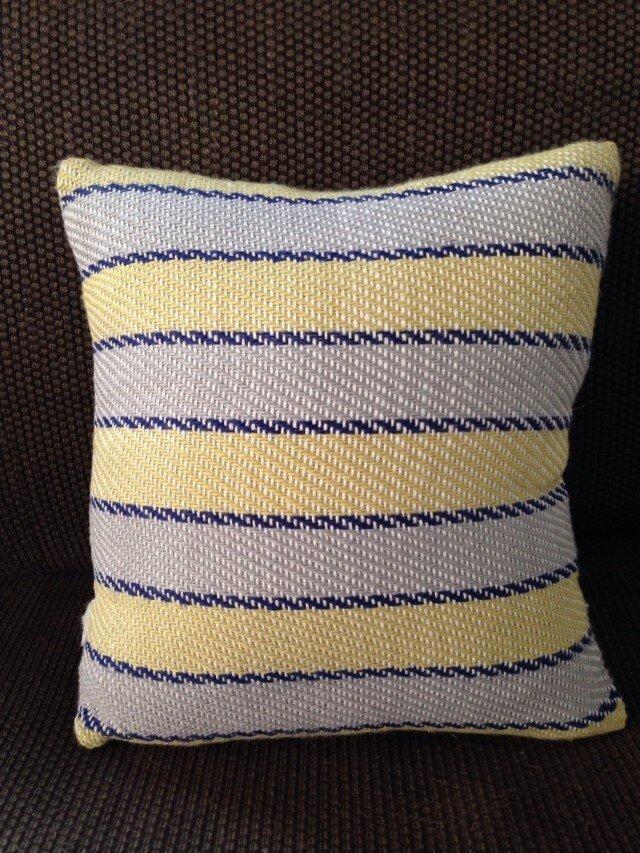手織りクッション smallの画像1枚目