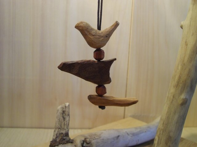 手彫りの小鳥のネックレスの画像1枚目