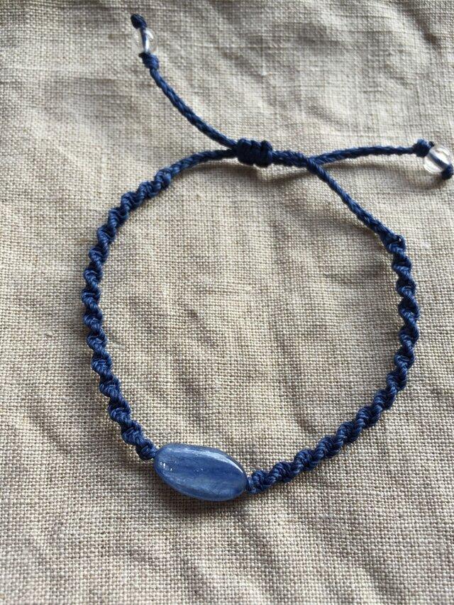 青い天然石カイヤナイト☆シンプル一粒結びの画像1枚目