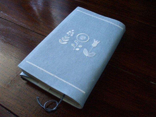 オフ白花刺繍の新書本ブックカバー ライトブルーの画像1枚目