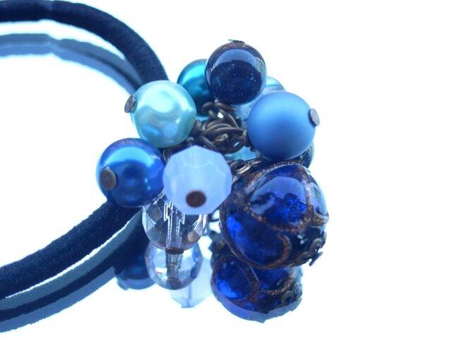 星空の様な紺と黒のランプワークビーズのヘアゴムの画像1枚目