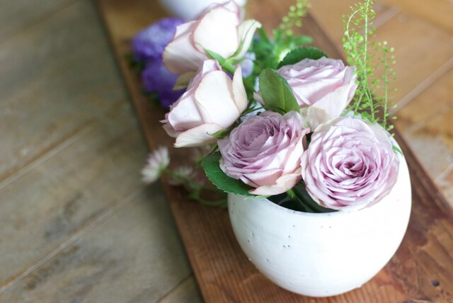 白い陶器の花器の画像1枚目
