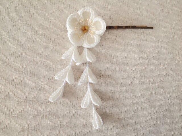〈つまみ細工〉藤下がり付き梅のヘアピン(白)の画像1枚目