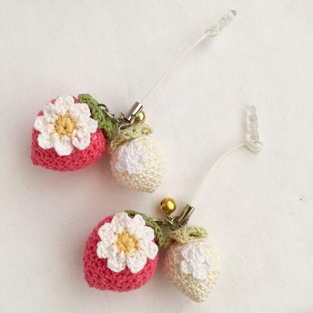 【受注生産】コーラルピンク×生成り色のイチゴのイヤホンジャックストラップの画像1枚目