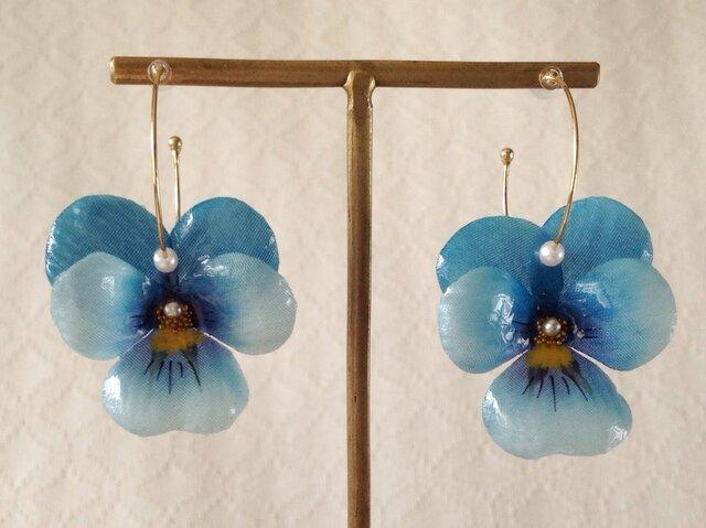 染め花を樹脂加工したビオラのフープピアス(M・ターコイズブルー)の画像1枚目