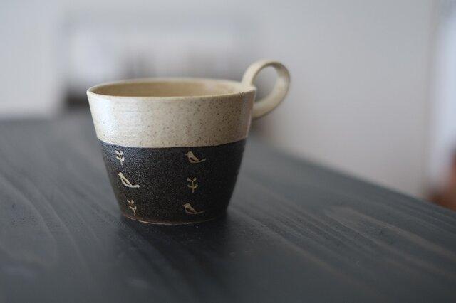 小鳥柄の上とってマグカップ(黒)の画像1枚目