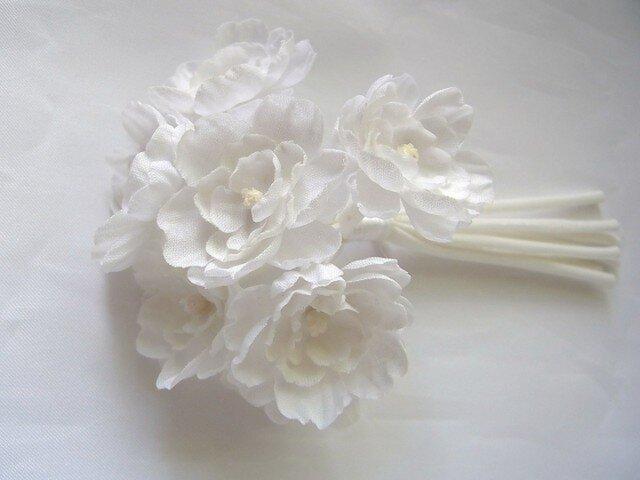まっ白い小花の斜茎コサージュの画像1枚目
