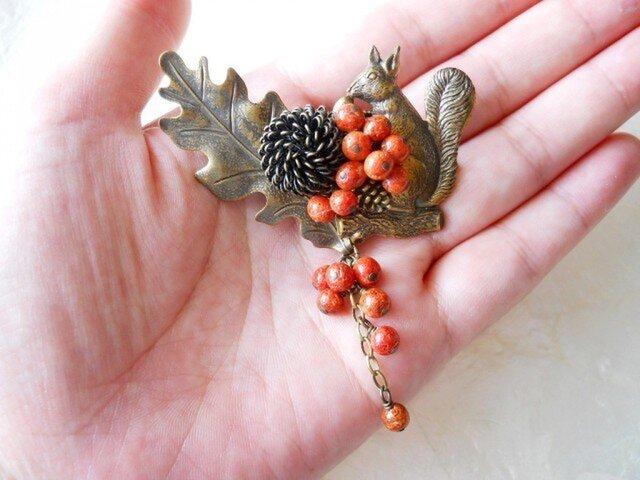 【l様ご予約品】大きな葉っぱとりすと赤い実のブローチの画像1枚目
