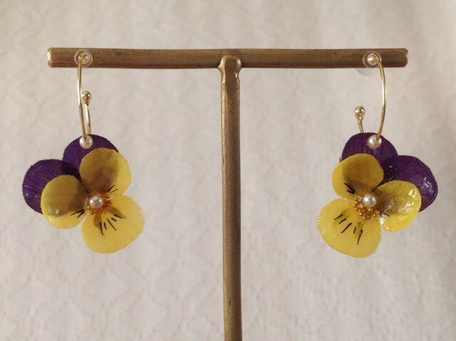 染め花を樹脂加工したビオラのフープピアス(SS・紫黄色)の画像1枚目
