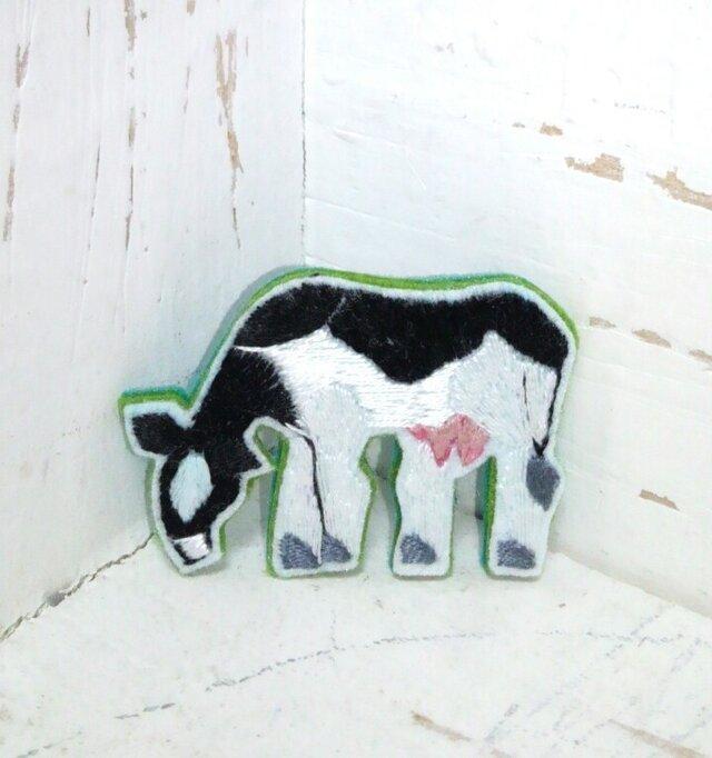 草を食む牛さん*ブローチの画像1枚目
