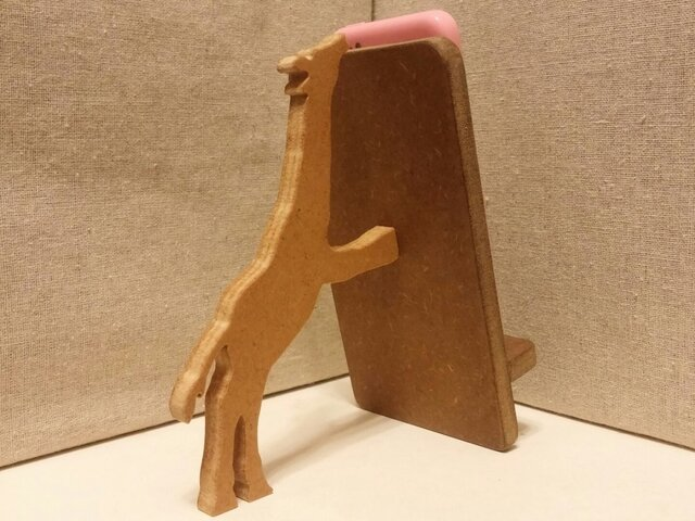 キリンが支える携帯・スマホスタンド 濃茶の画像1枚目