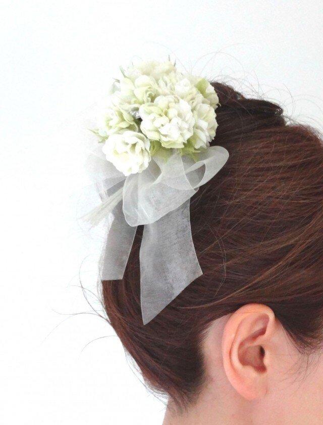 小花のポンポン カーネーション風 ホワイト * 綿ローン製 * コサージュ 髪飾の画像1枚目