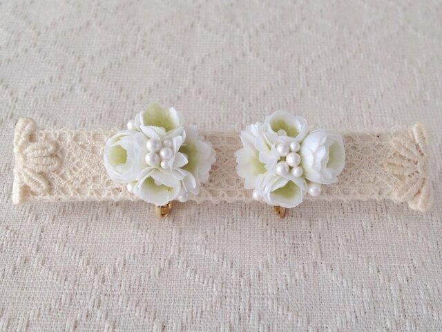 小花のくっつきイヤリング(ホワイト&グリーン)の画像1枚目