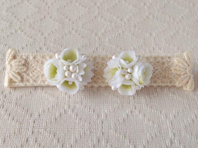 小花のくっつきピアス(ホワイト&グリーン)の画像1枚目