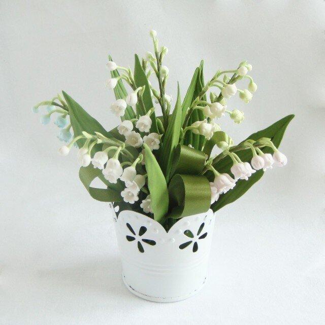 小さな植木鉢 カラフルなスズランの画像1枚目