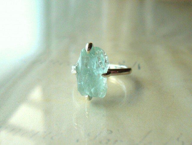 アクアマリンの原石の指輪の画像1枚目