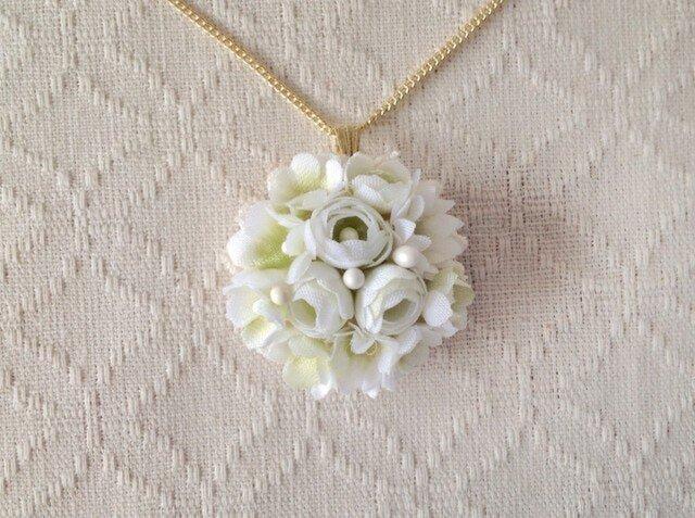 小花のペンダント(ホワイト&グリーン)の画像1枚目